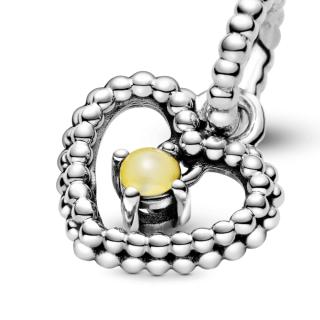 Висечки приврзок во форма на срце со перли и со кристал во медова боја