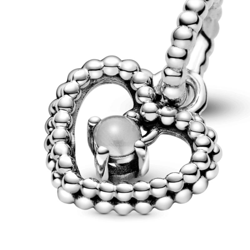 Висечки приврзок во форма на срце со перли и со млечно бел кристал