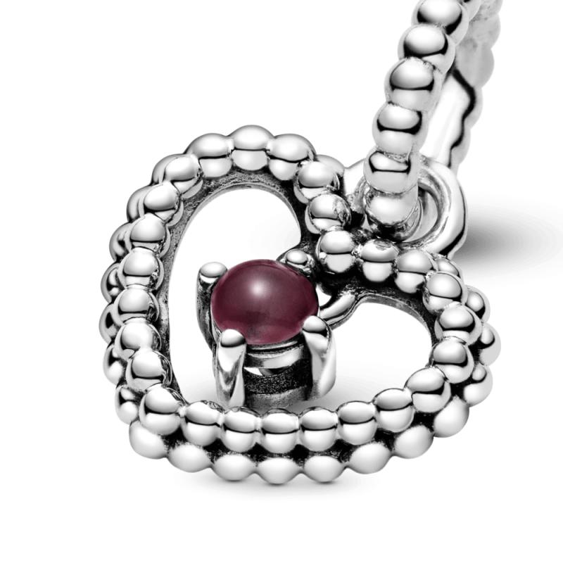 Висечки приврзок во форма на срце со перли и со темноцрвен кристал